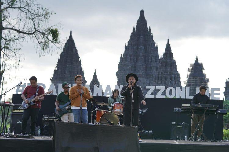 Duo Langit Sore tampil di pergelaran Prambanan Jazz Online di Candi Prambanan, Yogyakarta, Sabtu (18/7/2020). Acara ini digelar secara virtual dan tanpa penonton.