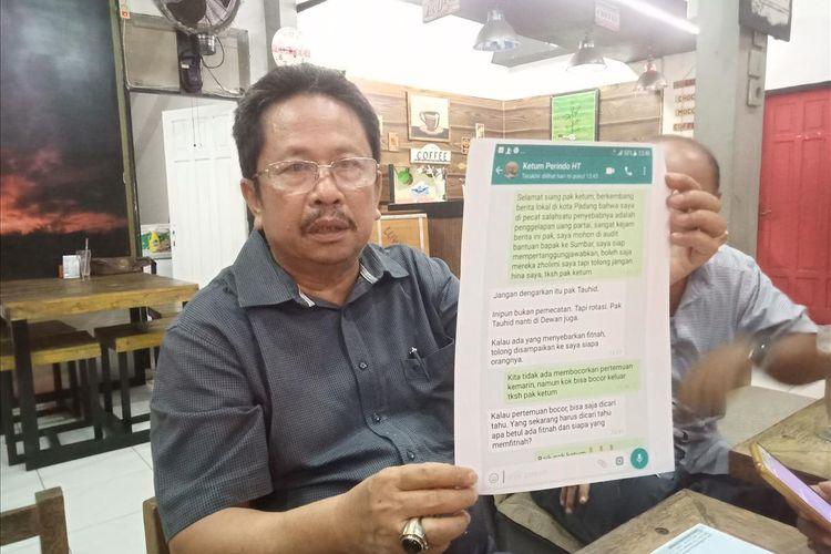 Mantan Ketua DPW Perindo Sumbar HM Tauhid memperlihatkan bukti percakapannya dengan Hary Tanoe