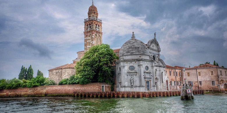 Pulau Murano di Venesia, Italia, dikenal sebagai penghasil glassware (produk dari gelas kaca) sejak tahun 1291.