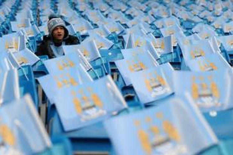 Seorang suporter Manchester City, di Stadion Etihad, Manchester, Inggris.