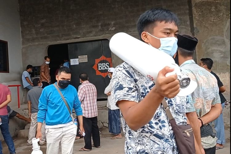 Warga Antre Berjam-jam Untuk Isi Ulang Tabung Oksigen di Mataram