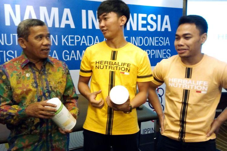 Berfoto dari kiri dari arah pembaca Director Finance and Member Operation Herbalife Nutrition Sugiharjo,  Muhammad Abdurrahman Wahyu (atlet timnas taekwondo), dan Eko Yuli Irawan (atlet angkat besi) pada Senin (25/11/2019), di Jakarta, saat melepas para atlet yang didukung Herbalife Nutrition ke SEA Games 2019 Filipina.  Pada 2019, Herbalife Nutrition mendukung 90 atlet dari 10 cabang olahraga antara lain triatlon, angkat besi, taekwondo, bola voli pantai, dan sepeda downhill.