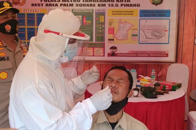 Salah satu orang yang melakukan rapid test antigen yang disediakan oleh Polres Metro Tangerang Kota di KM 13,5 Jalan Tol Jakarta - Merak, Tangerang, Rabu (23/12/2020) siang.