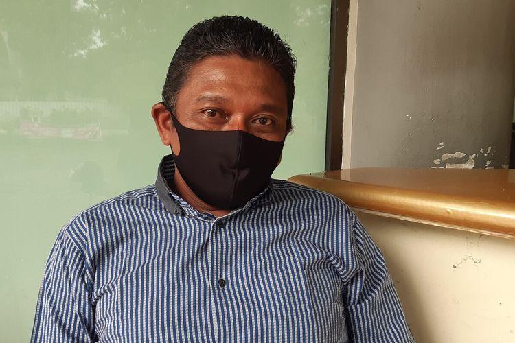 Maulana Arif Budi Satrio (38) atau akrab disapa Rio, warga Sudiroprajan, Jebres, Solo sedang menjalani karantina 14 hari setelah pulang dari Jakarta di Gedung Graha Wisata Niaga Solo, Jawa Tengah, Selasa (19/5/2020)