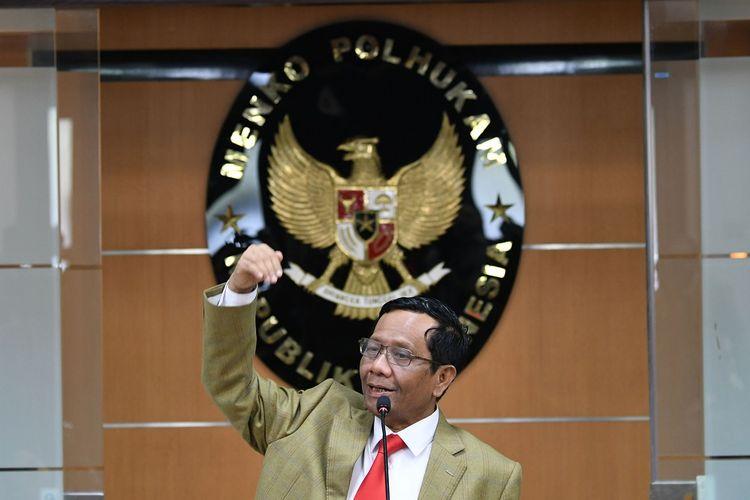 Menko Polhukam Mahfud MD memberikan keterangan pers di Kemenko Polhukam, Jakarta, Kamis (12/12/2019). Menko Polhukam menjamin keamanan dan situasi yang kondusif jelang Natal dan Tahun Baru 2020. ANTARA FOTO/M Risyal Hidayat/aww.
