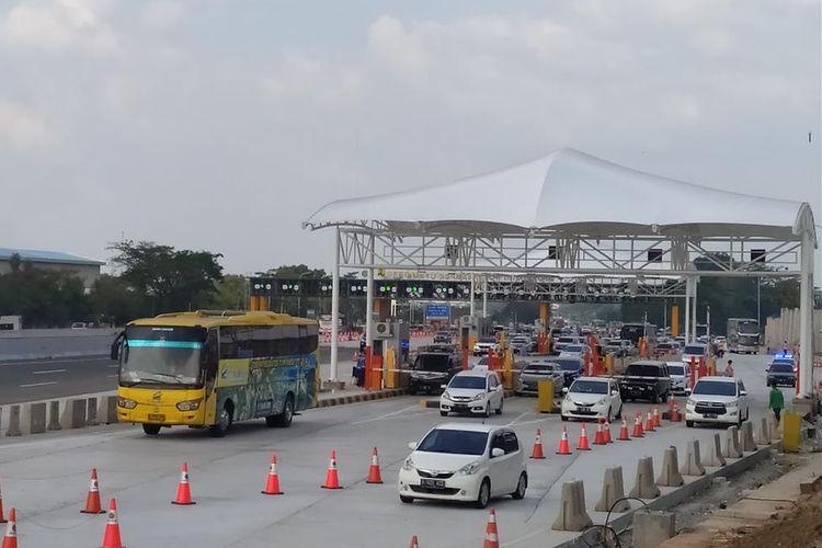 Kendaraan yang melintasi ramai lancar di Tol Jakarta-Cikampek, Kabupaten Karawang, Provinsi Jawa Barat,Jumat (7/6/2019).