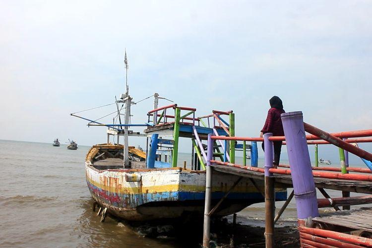 Perahu tidak terpakai yang digunakan sebagai properti wisata hutan mangrove di Kabupaten Situbondo