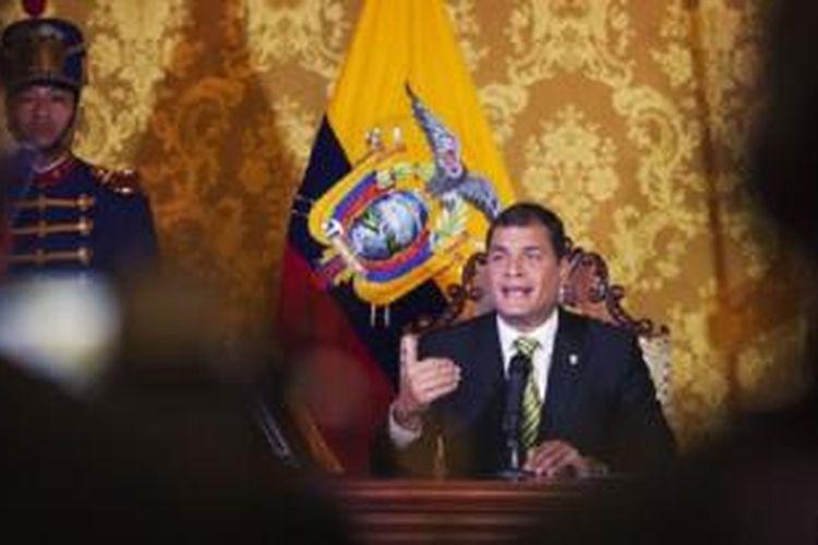 Presiden Ekuador Rafael Correa dalam sebuah pidato yang ditayangkan secara nasional di Istana Carondelet di Quito (15/8)