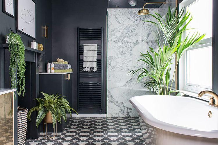 Tanaman hijau di kamar mandi bernuansa hitam, karya Annabelle Grundy.