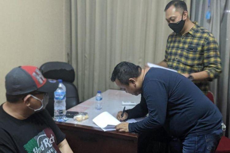 Mantan Dirut Transjakarta, Donny Saragih (pakai baju hitam dan topi) saat ditangkap petugas, Jumat (4/9/2020).