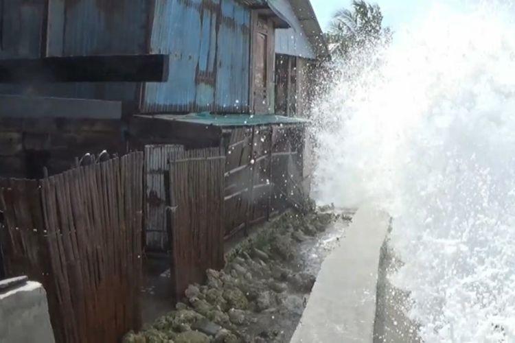 Gelombang Tinggi Tinggi 4 Meter Obrak-Abrik Tanggul dan Pemukiman Warga Polewali