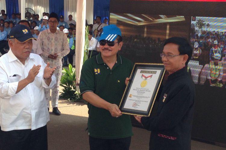 Kementerian PUPR menerima penghargaan rekor MURI atas kegiatan sertifikasi terhadap 3.255 pekerja konstruksi secara serentak. Penghargaan diserahkan di Stadion Gelora Bung Karno (GBK) Senayan, Jakarta, Senin (21/8/2017).