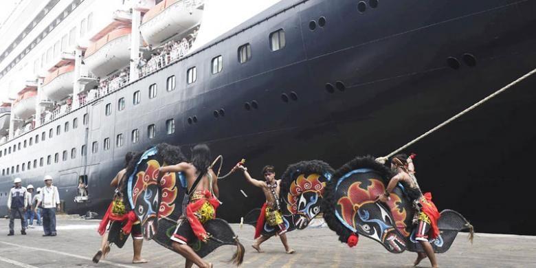 Kelompok kesenian Gembong Kyai Bulak menyambut kedatangan kapal pesiar MS Volendam berbendera Belanda di Pelabuhan Tanjung Perak, Surabaya, Senin (14/11/2016). Selain mendapat suguhan pentas kesenian, penumpang juga mengunjungi sejumlah tempat wisata di Surabaya