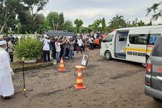 Duduk di Kursi Roda, Istri Wali Kota Banjarbaru Tak Kuasa Tahan Air Mata di Pemakaman Suami