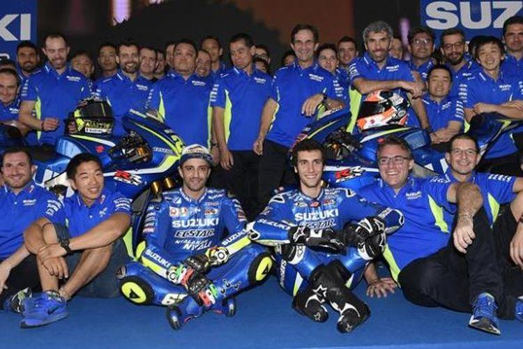 Tim Suzuki Ecstar termasuk dua pebalap mereka, Andrea Iannone (Italia) dan Alex Rins (Spanyol), berpose bersama dalam acara peluncuran tim di Sirkuit Sepang, Malaysia, Mingu (29/1/2017).