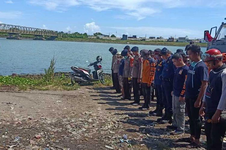 Tim Sar Gabungan Makassar usai menemukan jasadb pria yang lompat dari Jembatan Barombong, Kecamatan Tamalate, Makassar, Senin (30/3/2020).
