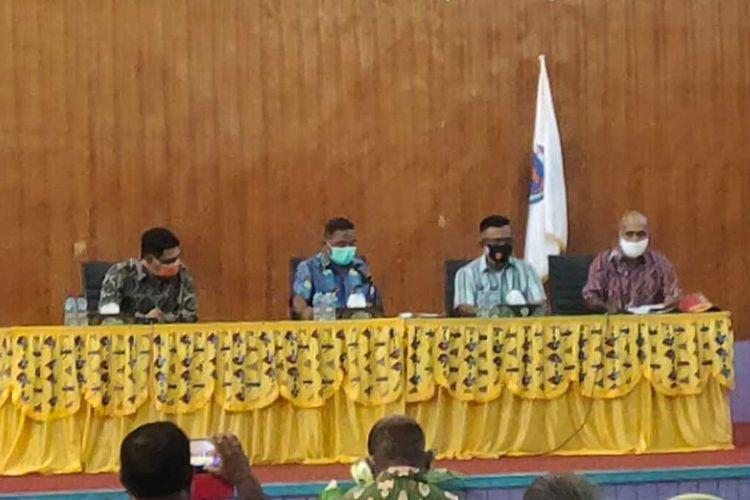 Pjs Bupati Asmat Triwarno Purnomo bersama Forkopimda dan Tim Gugus melakukan rapat mebahas penanganan Covid-19 di Asmat, Sabtu (17/10/2020).