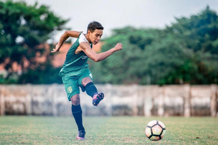Gelandang Persebaya, Misbakus Solikin dalam sebuah sesi latihan di Stadion Jenggolo, Sidoarjo.
