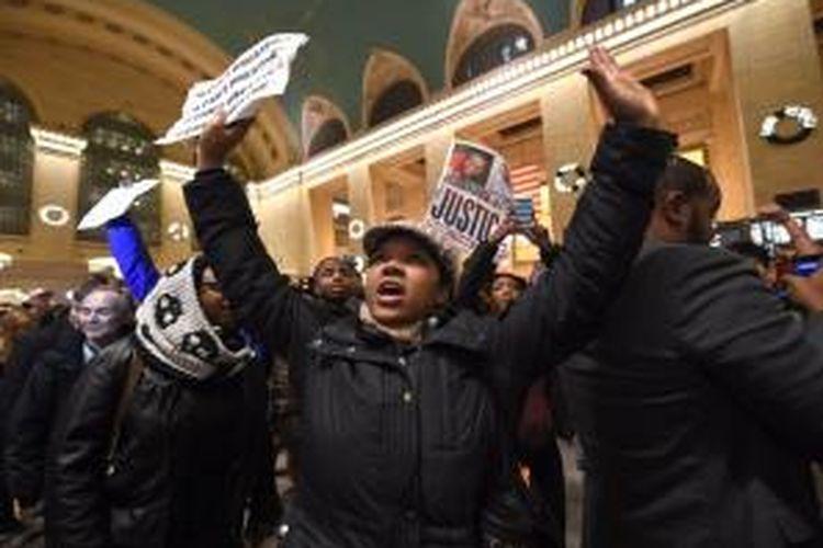 Para demonstran menuntut keadilan setelah Eric Garner, seorang warga kulit hitam yang dibekuk polisi beberapa waktu lalu, meninggal dunia.