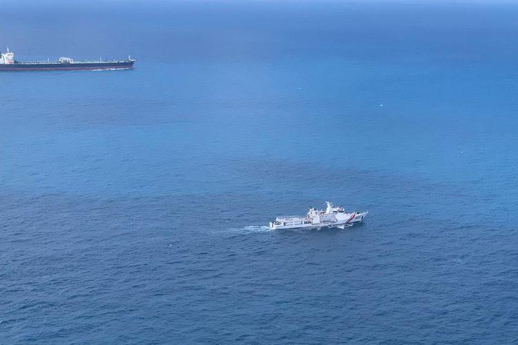 KN Marore 322 milik Badan Keamanan Laut (Bakamla) tengah mengawal tanker MT Horse berbendera Iran menuju Batam.