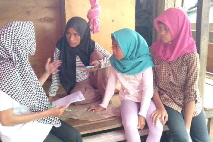 Petugas Posko Tenda Ramah Perempuan, anggota Perkumpulan Lingkar Belajar untuk Perempuan (LIBU) Sulawesi Tengah, melakukan proses pendampingan untuk anak dan remaja dari tenda ke tenda pengungsi, Sabtu (01/6/2019). Pendampingan dilakukan lantaran banyak terjadi pernikahan anak usia 14 tahun hingga remaja 17 tahun dengan para duda korban gempa dan likuefaksi Palu.