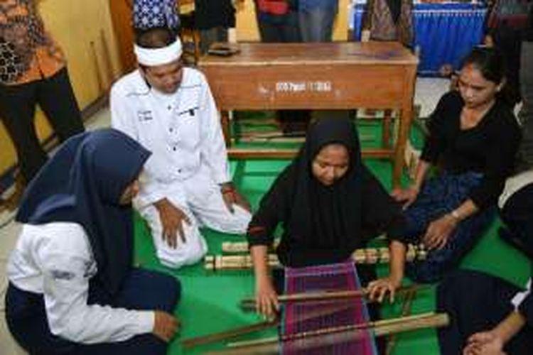 Bupati Purwakarta Dedi Mulyadi menyaksikan kelas tenun di SMPN 8 Purwakarta, Kamis (17/11/2016).