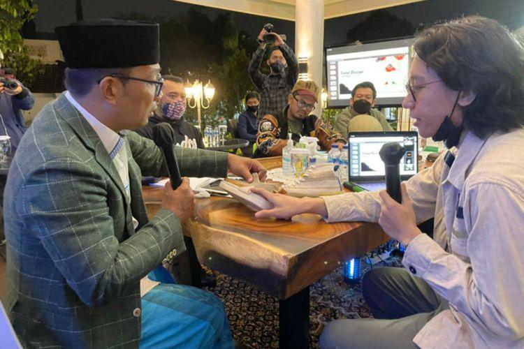 Gubernur Jawa Barat Ridwan Kamil saat berdiskusi membahas desain dengan salah satu brand sepatu asal Bandung di Gedung Pakuan, Kota Bandung, Senin (8/3/2021).