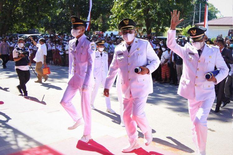 Bupati dan Wakil Bupati terpilih Sumba Barat, Nusa Tenggara Timur, Johanes Dade-Johanes Lado Bora Kabba saat memasuki ruangan pelantikan di Kupang, Senin (26/4).