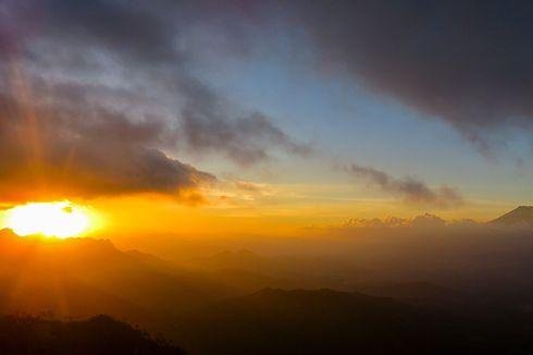 Puncak Suroloyo, Indahnya Senja di Atap Pegunungan Menoreh