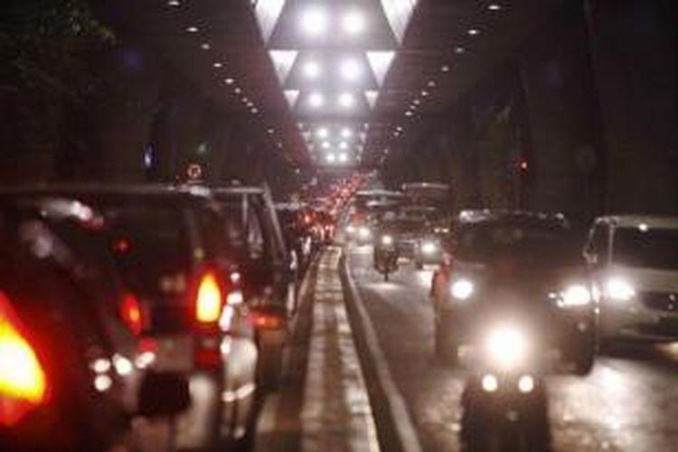 Kemacetan panjang di jalan Pangeran Antasari dari arah Blok M menuju Cipete, Jakarta Selatan, yang tengah dibangun jalan layang non tol, Jumat (4/1/2013