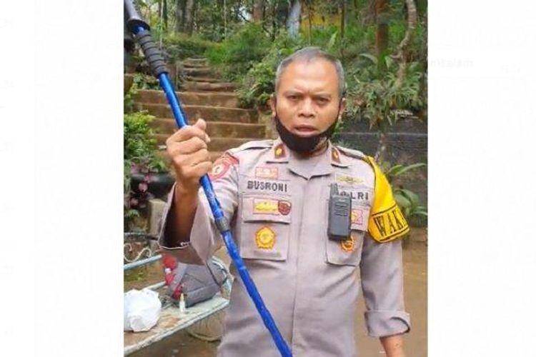 Wakapolres Karanganyar Kompol Busroni mempelihatkan tongkat pendaki yang digunakannya untuk menangkis serangan pelaku.