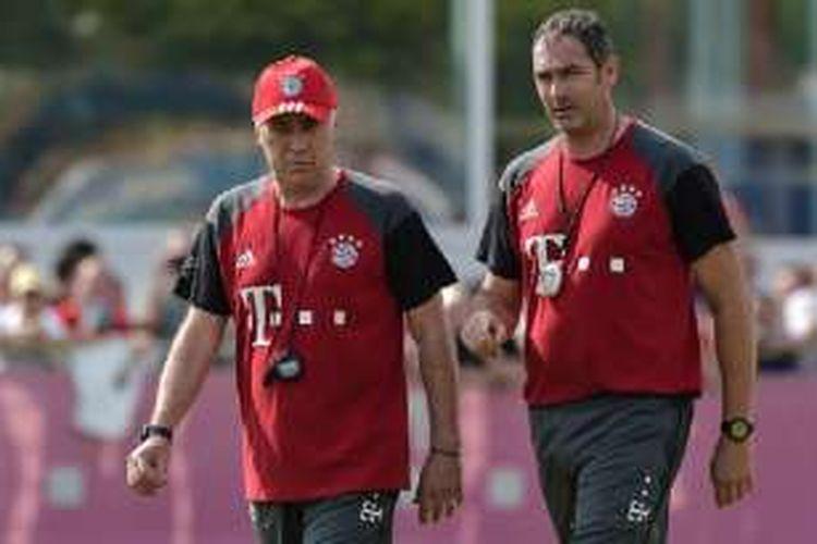 Carlo Ancelotti didampingi Paul Clement memimpin latihan pramusim Bayern Muenchen di Saebenner Strasse pada 11 Juli 2016.