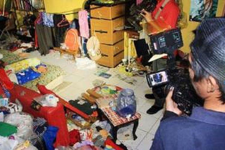 Rumah UP di kompleks perumahan Citra Gran Cibubur, Kota Bekasi, tampak berantakan dan penuh sampah, Kamis (14/5). UP dan istrinya diduga menelantarkan kelima anak mereka. Salah seorang anak lelaki mereka yang berumur 8 tahun bahkan tinggal di pos satpam dalam sebulan terakhir.
