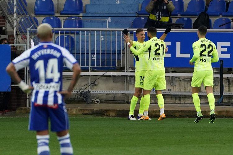 Marcos Llorente (tengah) dan rekan setimnya merayakan gol pada pertandingan Deportivo Alaves vs Atletico Madrid dalam lanjutan Liga Spanyol 2020-2021 di Stadion Mendizorroza, Minggu (3/1/2021) malam WIB.
