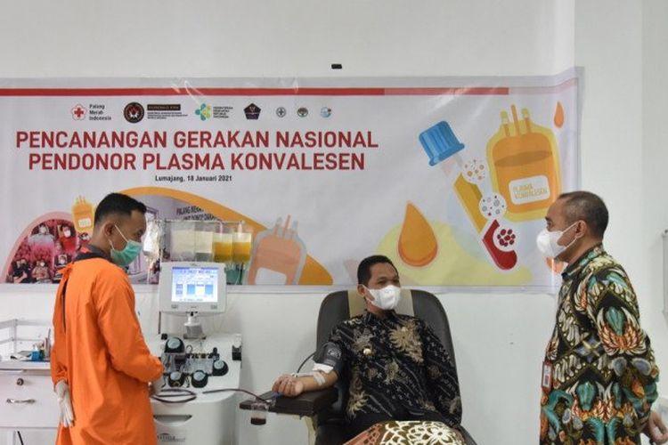 Bupati Lumajang Thoriqul Haq mendonorkan plasma darahnya sebanyak 400 cc plasma atau dua kantong di Kantor PMI Lumajang, Kamis (21/1/2021)