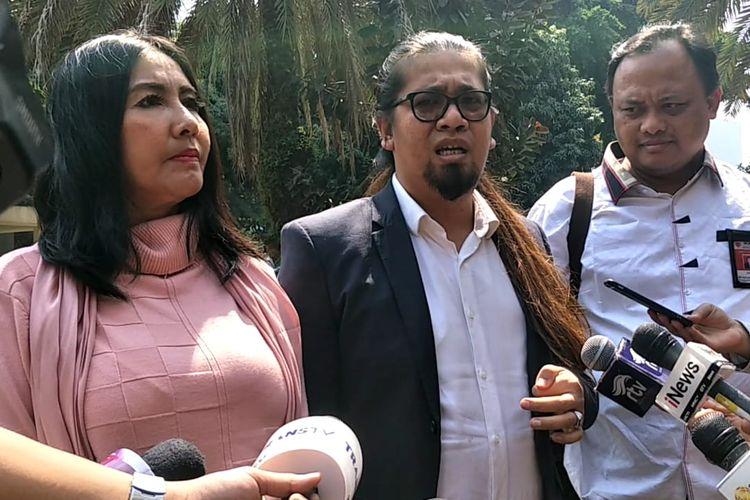 Tessa Mariska bersama Indra Tarigan dan tim kuasa hukumnya saat mendatangi Polda Metro Jaya, Jakarta Selatan pada Rabu (17/7/2019).