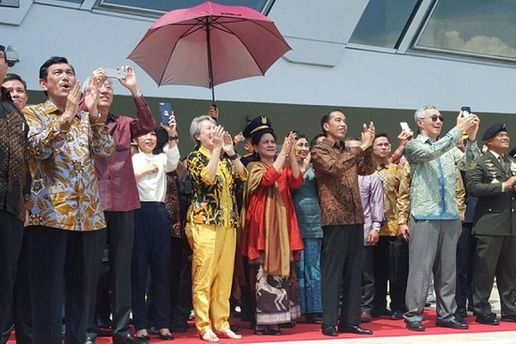 Presiden RI Joko Widodo dan PM Singapura Lee Hsien Loong didampingi istri dan anggota kabinet menyaksikan atraksi pesawat tempur F-16 Angkatan Udara Indonesia dan Singapura yang membentuk angka 50, Kamis (7/9) di Marina Bay Cruise Centre.