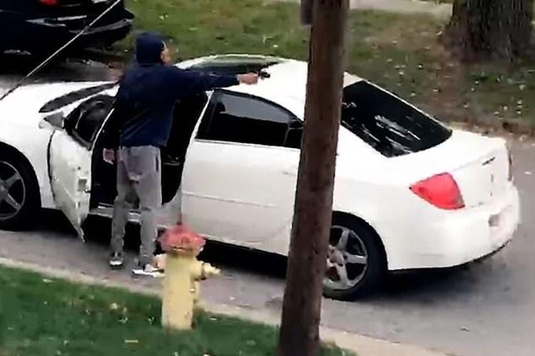 Tangkapan layar dari video seorang pengemudi mobil yang marah karena ditegur jangan ngebut, lalu menembaki anak-anak yang main basket di jalan. Insiden terjadi di pinggiran kota Akron, Ohio, Amerika Serikat pada Minggu (11/10/2020).