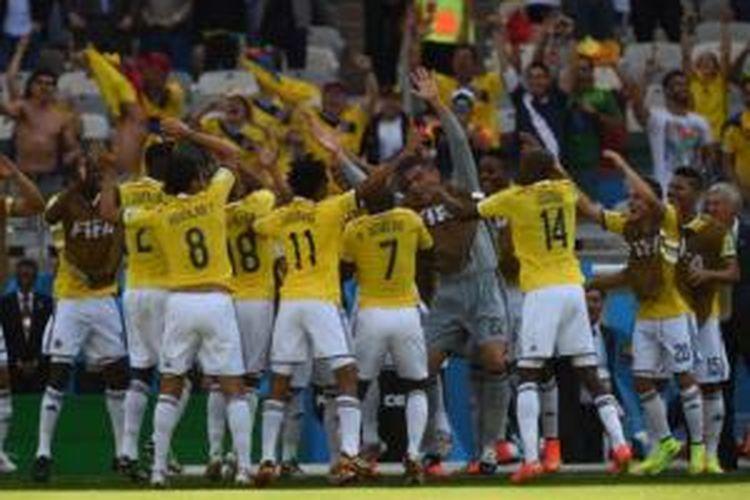 Para pemain Kolombia merayakan gol yang dicetak ke gawang Yunani pada laga Grup C Piala Dunia 2014 di Estadio Mineirao, Belo Horizonte, Sabtu (14/6/2014).