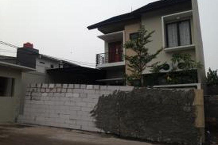 Kondisi rumah Denny (41) yang bagian depan rumahnya ditembok oleh warga sekitar karena dianggap tidak berizin di Perumahan Bukit Mas Bintaro, Pesanggrahan, Jakarta Selatan, Senin (2/11/2015).