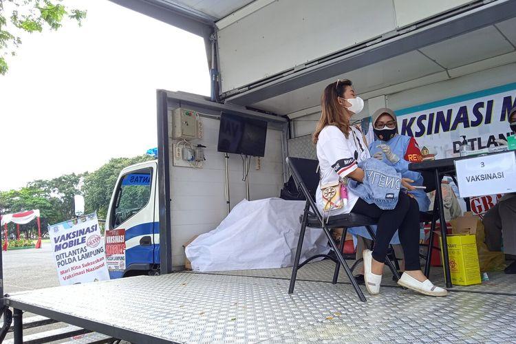 Salah satu warga yang menerima vaksinasi tahap pertama di mobil vaksin Polda Lampung, Rabu (21/7/2021).