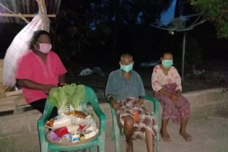 Foto : Parapuan yang tergabung dalam Komunitas Fajar Sikka membagi sembako kepada warga yang terdampak pandemi Covid-19 di Kota Maumere, Kabupaten Sikka, NTT, pekan lalu.