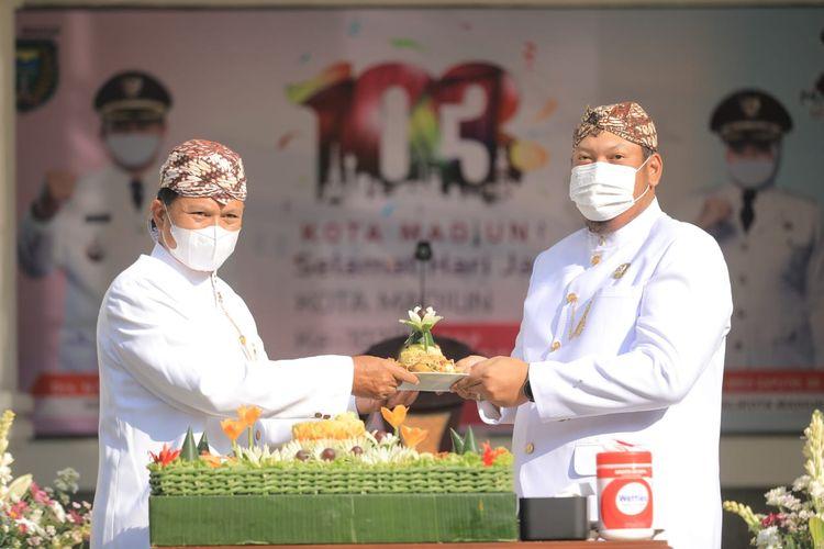 Wali Kota Madiun, Maidi menyerahkan potongan tumpeng kepada Ketua DPRD Kota Madiun Andi Raya Bagus Miko Saputra dalam peringatan Hari Jadi Ke-103 Kota Madiun, Minggu (20/6/2021).