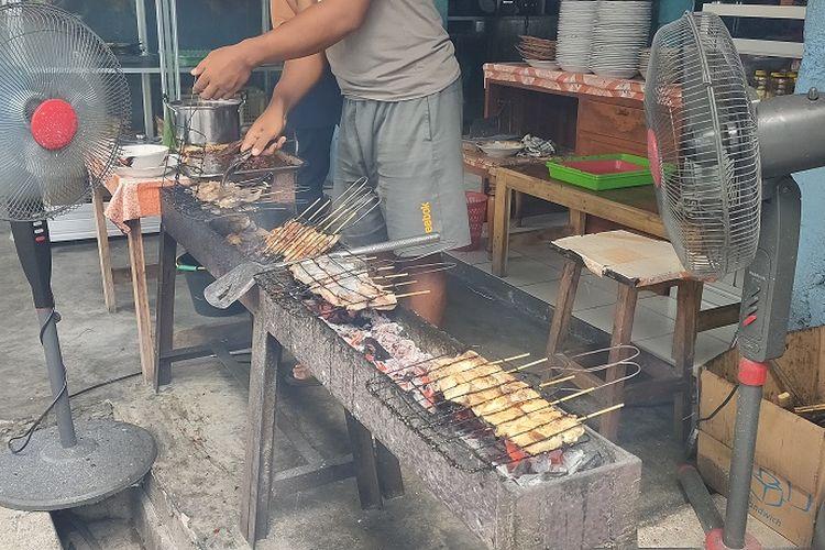 Sate tuna yang tengah dibakar atau dipanggang sebelum disajikan di Warung Makan Sari Laut Bu Gandos, Tamperan, Pacitan, Jawa Timur, Selasa (28/1/2020).