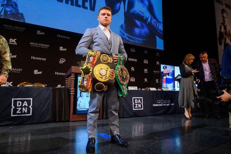 Petinju asal Meksiko, Canelo Alvarez, berpose dengan sabuk juara yang telah ia menangkan jelang duel kontra Sergey Kovalev di kelas light heavyweight.