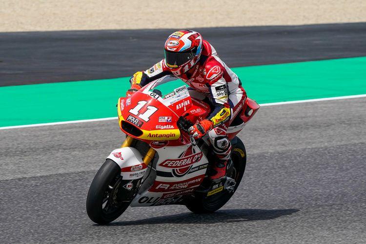 Pebalap Federal Oil Gresini Moto2 (FOGM2), Nicolo Bulega, saat balapan pada Moto2 Italia 2021