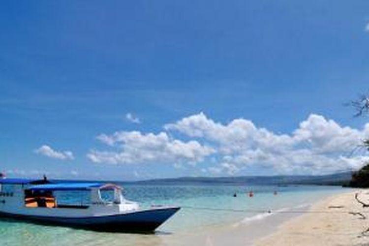 Pantai Poto Jarum di Pulau Moyo, Kabupaten Sumbawa, Nusa Tenggara Barat.