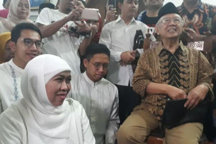 Calon Gubernur Jawa Timur nomor urut 1 Khofifah Indar Parawansa tersenyum mendampingi KH Sholahuddin Wahid di kediamannya. Gus Sholah adalah salah satu kiai yang menyokong dan mendorong Khofifah maju di Pilgub Jawa Timur 2018.