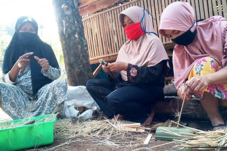 Para perajin tusuk sate di Kabupaten Cianjur, Jawa Barat, terdampak pandemi Covid-19 menyusul anjloknya permintaan pasar. Padahal, jelang Idul Adha setiap tahunnya pasokan tusuk sate ke pasar melonjak drastis.