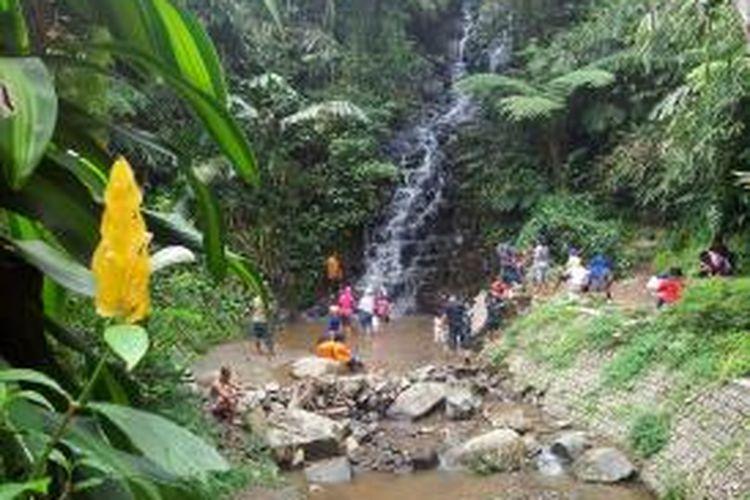 Wisatawan mengunjungi air terjun Irenggolo di Besuki, Kecamatan Mojo,.Kabupaten Kediri, Jawa Timur, Minggu (23/11/2014).